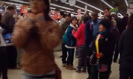 Este registro muestra como los compradores gritan a los guardias […]