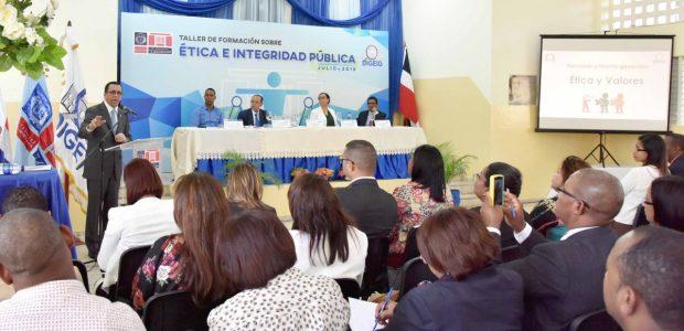 AZUA.- El ministro de Educación, Andrés Navarro, exhortó hoy a […]