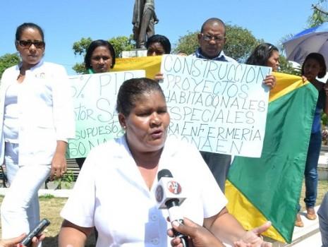 Spread the love La Asociación Nacional de Enfermeras (Asonaen), demandó este miércoles frente al Palacio Nacional un aumento de salario y la construcción de un proyecto habitacional para el personal […]
