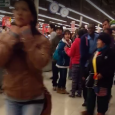 Este registro muestra como los compradores gritan a los guardias para que suban las cortinas del recinto comercial. Una situación que generó diversos comentarios en las redes sociales sucedió esta […]