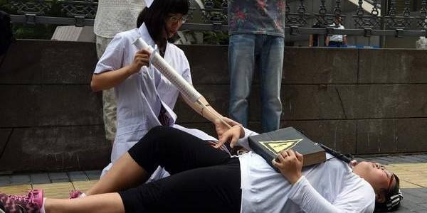 Tras confesar a su mujer que era homosexual, Yu Hu […]