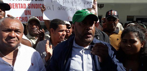 Spread the love Bávaro, Higuey. -Seis organizaciones sindicales y cientos de trabajadores, del sector turismo, organizados en Bávaro, Punta Cana y Macao, denunciaron aquí que son víctimas de atropellos y […]