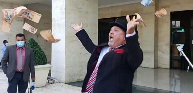 Spread the love Lanza dinero frente al Congreso Nacional Lanzando dinero frente al Congreso Nacional, el aspirante Elíseo Cristopher denunció que el proceso de escogencia para Defensor del Pueblo ha […]