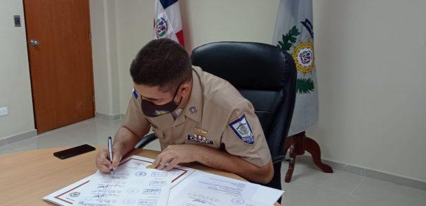 Spread the love Por Alejandro Quezada (La Conciencia) El director general del Cuerpo Especializado de Seguridad Portuaria (CESEP), Capitán de Navío Franklin O. Frías Duarte, ARD (MA), firmó las refrendas […]